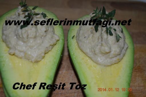 Avokado çanağında humus